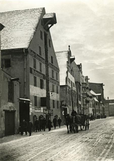 Ulica Zbożowa na fotografii wykonanej w 1933 roku mogłaby ilustrować fragment miasta o kilkaset lat wcześniejszego. (MNS/A.Foto/15549)