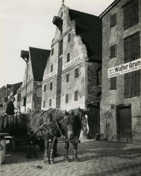 Ulica Zbożowa na fotografii wykonanej w 1932 roku mogłaby ilustrować fragment miasta o kilkaset lat wcześniejszego. (MNS/A.Foto/15548)