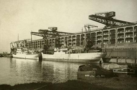 Nowoczesne spichlerze wyglądały zupełnie inaczej i wyposażone były w najnowsze urządzenia do pionowego i poziomego transportu towarów – magazyn wybudowany w latach 1927 – 1929 przy zachodnim basenie strefy wolnocłowej szczecińskiego portu mieścił 65000 ton towarów. (MNS/A.Foto/15470)