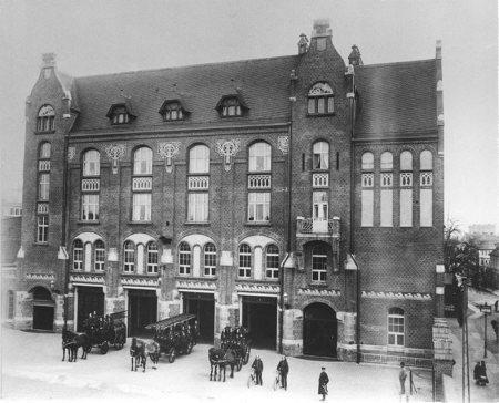 23 września 1898 roku w obecności cesarza Wilhelma II i jego żony Augusty Viktorii uroczyście otwarto na terenie Łasztowni port ze strefą wolnocłową o powierzchni 61 hektarów; jednym z elementów zespołu była straż pożarna, dla której wzniesiono wówczas specjalny budynek zachowany do dziś przy ul. Bytomskiej. Dopiero 5 lat później powstała widoczna na zdjęciu siedziba straży pożarnej przy ul. Firlika. (MNS/R-292)