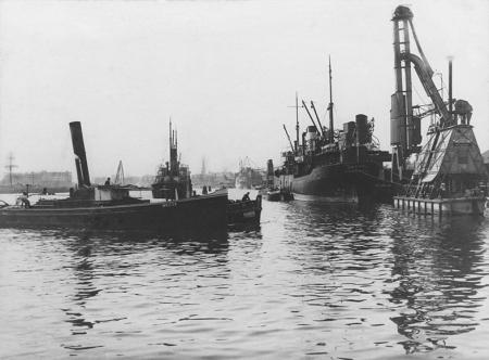 Dofinansowanie portu szczecińskiego w latach 30-tych zaowocowały znacznym zwiększeniem ruchu okrętów oraz masy przeładowanych towarów. (MNS/R-360)