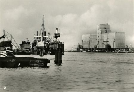 Dofinansowanie portu szczecińskiego w latach 30-tych zaowocowało znacznym zwiększeniem obrotów, a wielokondygnacyjny, nowoczesny elewator zbożowy wybudowany w 1936 roku stał się nowym symbolem miasta, spopularyzowanym na fotografiach, grafikach, obrazach i plakatach. (MNS/R-420)