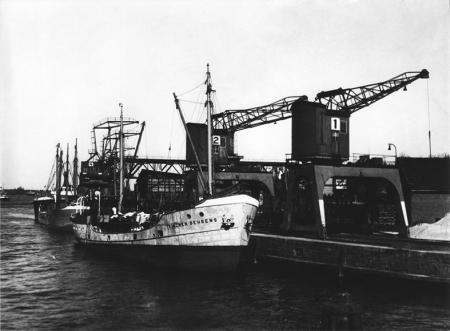 """Kanonierka """"Trinchen Behrens"""" marynarki wojennej w szczecińskim porcie. (MNS/R-297/17)"""