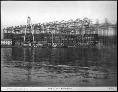 """Zdjęcie z 1907 roku największej stoczni szczecińskiej """"Vulkan"""", która działała na terenie wsi Drzetowo od połowy XIX wieku do czasu wielkiego kryzysu w 1927 roku, gdy przejęta została przez koncern Deschimag w Bremie. (MNS/R-358)"""
