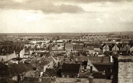 Widok na Łasztownię od strony zamku, na pierwszym planie zabudowa ul. Kłodnej, która do 1909 roku łączyła się z widoczną naprzeciwko ul. Kocie Łby poprzez drewniany Most Kłodny. (MNS/A.Foto/15537)