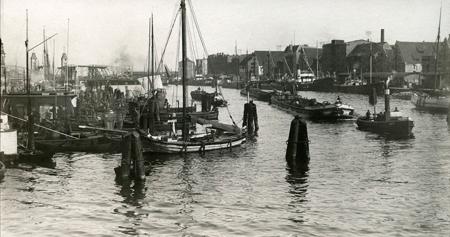 Interesująca fotografia ukazuje Odrę z nabrzeżem Łasztowni w krótkim okresie, gdy za drewnianym jeszcze Mostem Kłodnym, wznosiły się już wieże nowego Mostu. (MNS/A.Foto/15642)