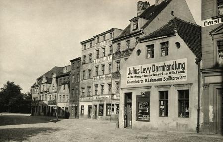 Jeden z najpiękniejszych zaułków dawnej Łasztowni – nieistniejąca zabudowa uliczki nazwanej Stocznia na południowym krańcu ul. T. Wendy. (MNS/A.Foto/15522)