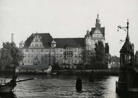 Przy wschodnim wjeździe na Most Hanzy, w miejscu gdzie dawniej stał urząd podatkowo-akcyzowy w latach 1905-1908 wzniesiono okazały gmach nowego urzędu celnego, który stał się ważnym elementem wzbogacającym panoramę Łasztowni. (MNS/A.Foto/15590)