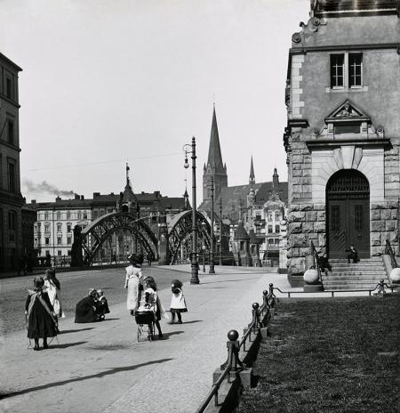Przy wschodnim wjeździe na Most Hanzy, w miejscu gdzie dawniej stał urząd podatkowo-akcyzowy w latach 1905-1908 wzniesiono okazały gmach nowego urzędu celnego, który stał się ważnym elementem wzbogacającym panoramę Łasztowni. (MNS/A.Foto/15978)