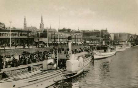 Przy nabrzeżu Schwedt pod dworcem kolejowym cumowały także statki parowe, odbywające rejsy po porcie i do pobliskich miejscowości. (MNS/R-386)