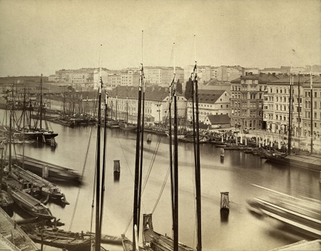 Zdjęcie z tego samego czasu i miejsca, ale wykonane w stronę południową ukazuje budynki wojskowe w rejonie ul. Św. Ducha, fortyfikacje wokół Nowego Miasta i łodzie żaglowe szczelnie wypełniające nabrzeże. (MNS/A.Foto/15536)