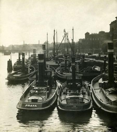 Po latach zarówno zabudowa w tym miejscu jak i typy statków znacznie się zmieniły – holowniki w rejonie poczty przy ul. Dworcowej. (MNS/A.Foto/15346/1)