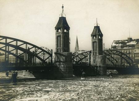 Zimą zamierał ruch w porcie – Odra w zimowej szacie w rejonie Mostu Kłodnego od strony Łasztowni. (MNS/A.Foto/15340)
