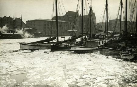 Zimą zamierał ruch w porcie - skuta lodem Odra przy Moście Hanzy z Urzędem Celnym w tle. (MNS/A.Foto/15342)