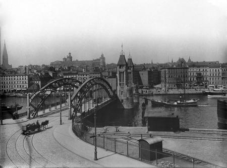 Nowy Most Kłodny zbudowany w 1909 roku, jako ostatnia z przepraw odrzańskich, w całej okazałości prezentuje się na fotografii, która utrwaliła moment jego otwarcia dla dwumasztowego statku. Projekt architektoniczny z efektownymi wieżami z kamiennych bloków wykonał Wilhelm Meyer-Schwartau, konstrukcję opracowali inżynierowie Benduhn i Balg, realizację zlecono znanej firmie Beuchelt z Zielonej Góry. (MNS/A.Foto/15663)