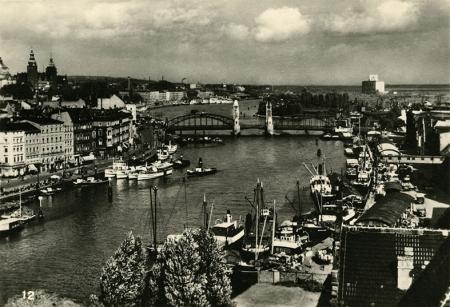 Zmieniona panorama brzegów Odry przy Moście Hanzy w kierunku północnym w końcu lat 30-tych XX wieku – liczne statki zacumowane przy nabrzeżach świadczą o randze portu. (MNS/R-419)