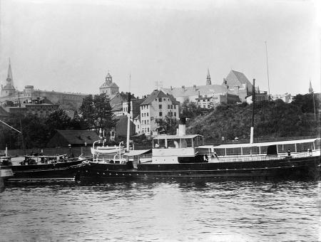 Port służył także rekreacji – statki wycieczkowe oczekiwały między innymi nieopodal zamku – u wylotu ulicy Panieńskiej. (MNS/A.Foto/9197)