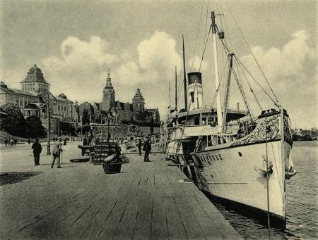 """Szczególnie atrakcyjnym miejscem spacerów było szerokie nabrzeże u stóp Wałów Chrobrego, tu rozpoczynały rejsy do Świnoujścia i na Rugię parowce """"Świnoujście"""" i """"Rugard"""", należące do szczecińskiego armatora J.F. Braeunlich. (MNS/R-408)"""