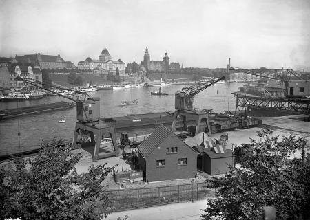 Na teren Łasztowni Stoczniowej do zakładów mięsnych można było dotrzeć tramwajem linii 5 poprzez Most Kłodny. Na nabrzeżu wzdłuż Duńczycy poprowadzona była bocznica kolejowa z dźwigami do przeładunku towarów, z tego miejsca rozciągał się wyjątkowo efektowny widok na zabudowę Wałów Chrobrego. (MNS/A.Foto/4995)