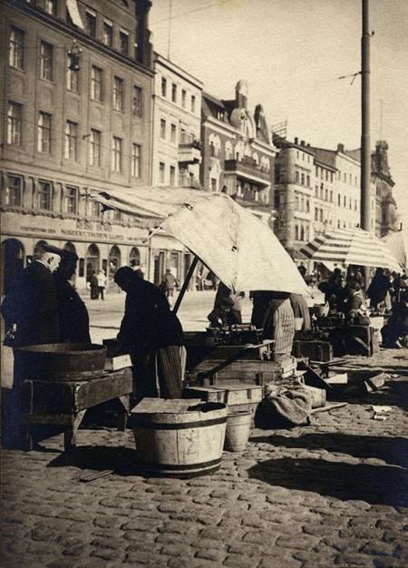 Kolejny spacer wzdłuż nabrzeża pomiędzy mostami Hanzy i Kłodnym – naprzeciw biura Lloyda sprzedawano świeże owoce morza w drewnianych kadziach prosto od rybaków. (MNS/A.Foto/15524)