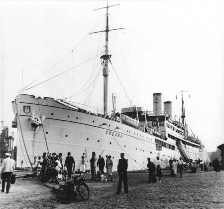 """Statek pasażerski """"Oceana"""" przy nabrzeżu u stóp Wałów Chrobrego w latach 30-tych XX w. (MNS/R-291/11)"""