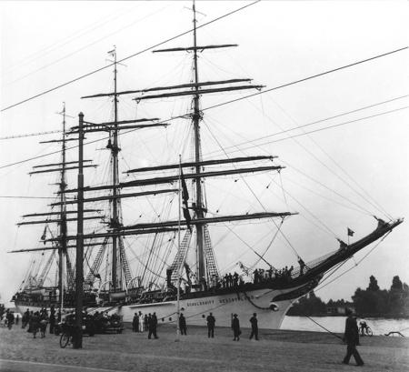 """Żaglowiec szkolny """"Niemcy"""" przy nabrzeżu u stóp Wałów Chrobrego w latach 30-tych XX w. (MNS/R-291/13)"""