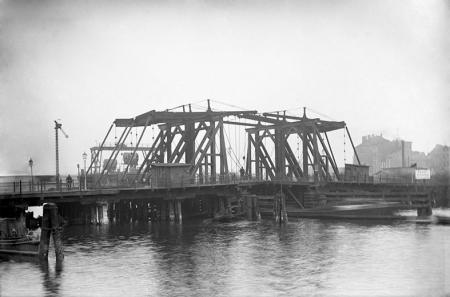 Najstarszym szczecińskim mostem był Most Długi, który przetrwał w konstrukcji drewnianej aż do roku 1903. Na ilustracji drugi most, zwany Kłodnym, sfotografowany od strony Łasztowni po jego przebudowie z 1874 roku. (MNS/A.Foto/5316)