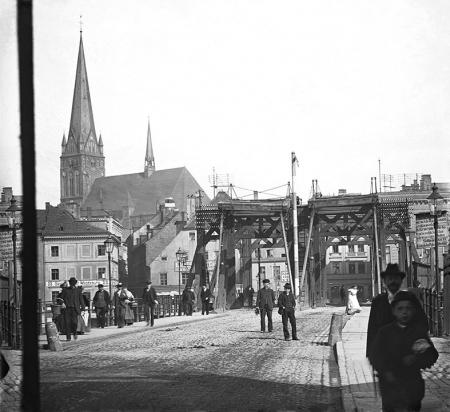 Most Długi jako najważniejszy wjazd do Szczecina posiadał dwie, odrębnie zwodzone jezdnie. (MNS/A.Foto/15977)