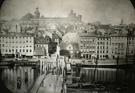 Fotografia sprzed 1873 roku wykonana od strony Łasztowni, ukazuje zwodzony Most Kłodny oraz piękny mansardowy dach nad południowym skrzydłem zamku, wylot ul. Kłodnej i fragment zabudowy nabrzeża. (MNS/A.Foto/15526)