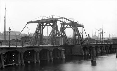 Drewniany, zwodzony most prowadzący na Kępę Parnicką w rejonie dworca kolejowego wzniesiono w połowie XIX wieku, gdy powstał plan zagospodarowania wyspy na cele mieszkalno-usługowe, zdjęcie z 1890 roku. (MNS/A.Foto/5025)