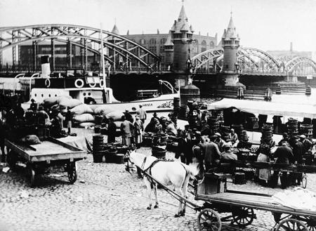 Nieopodal dworca kolejowego, przy nabrzeżu zwanym Schwedter Ufer, koło Mostu Dworcowego odbywały się targi, na które ściągali mieszkańcy Szczecina i okolic. (MNS/A.Foto/15653)