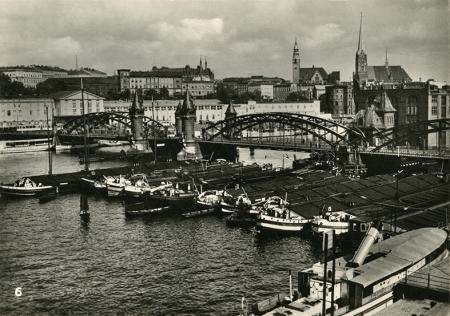 Efektowna panorama od strony Kępy Parnickiej z barkami cumującymi pod Mostem Dworcowym wzniesionym w latach 1898-1900, w tle widoczny jest dworzec, a na skarpie Nowego Miasta okazały gmach dyrekcji kolei. (MNS/R-423)