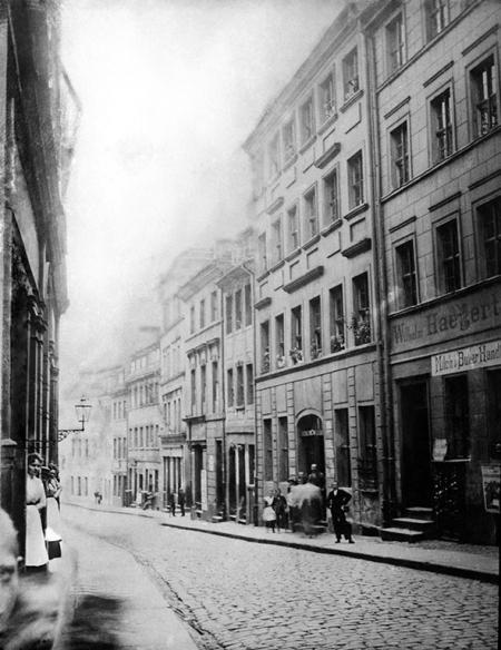 Bardzo cenne, choć niedoskonałe technicznie zdjęcie ukazuje ul. Kłodną na Podzamczu. (MNS/A.Foto/15677)