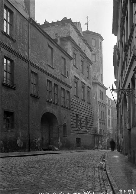 Ulica Kuśnierska – widok na zamek i fragment zabudowy przeciwległej pierzei, która w szczątkowej formie zachowała się do dziś. (MNS/A.Foto/5286)