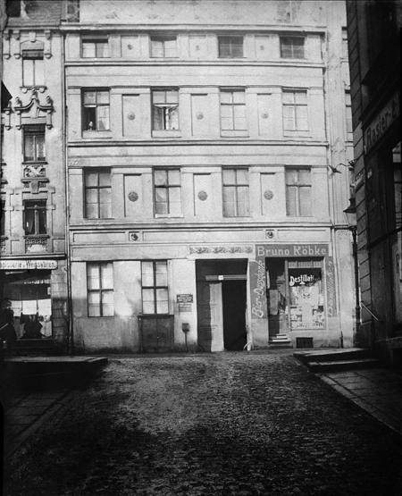 Mimo braków technicznych również te fotografie stanowią cenne źródło informacji o nieistniejącej zabudowie starego miasta – kamieniczka przy ul. Panieńskiej 14 z gospodą Bruno Köbkego. (MNS/A.Foto/15680)