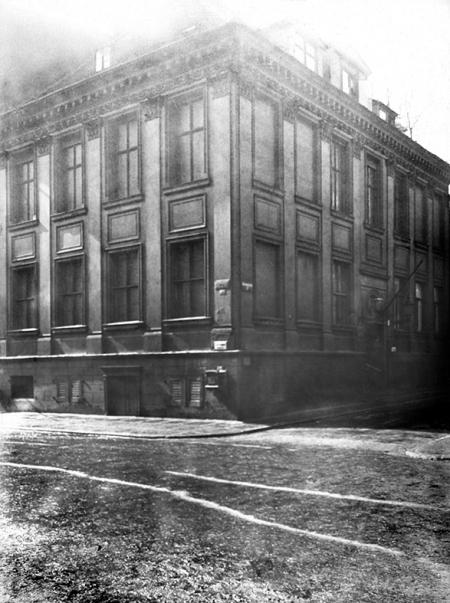 Mimo braków technicznych również te fotografie stanowią cenne źródło informacji o nieistniejącej zabudowie starego miasta – patrycjuszowski dom z 1825 roku na rogu ul. Koński Kierat i Farnej (MNS/A.Foto/15683)