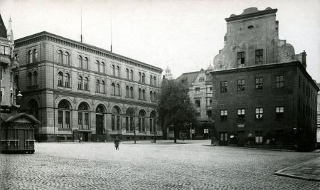 Rynek Sienny z Ratuszem Staromiejskim i gmachem giełdy w latach 30-tych XX wieku. (MNS/A.Foto/15630)