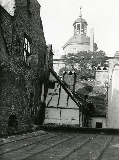 Malownicza, choć bardzo skromna zabudowa starego miasta od strony podwórek przy ul. Kuśnierskiej (MNS/A.Foto/14522)