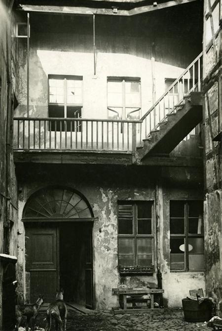 Malownicza, choć bardzo skromna zabudowa starego miasta od strony podwórek przy ul. Kuśnierskiej (MNS/A.Foto/16109)
