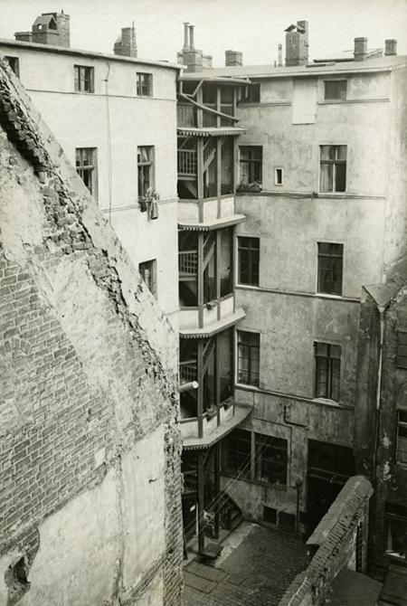 Malownicza, choć bardzo skromna zabudowa starego miasta od strony podwórek przy ul. Panieńskiej. (MNS/A.Foto/16108/1)