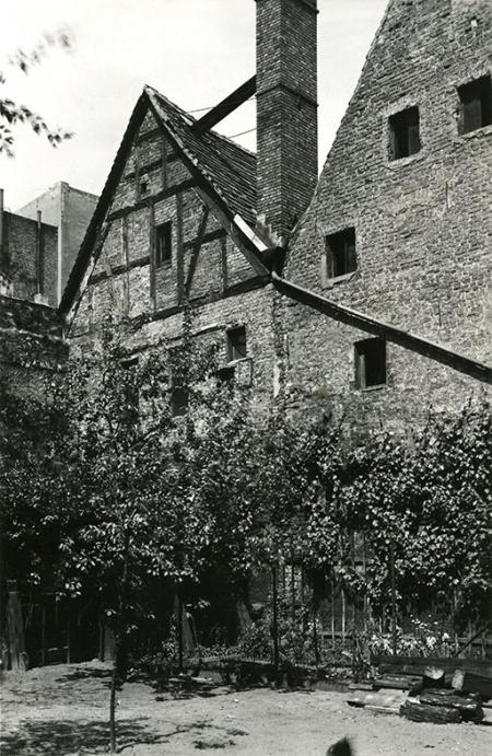 Malownicza, choć bardzo skromna zabudowa starego miasta od strony podwórek przy ul. Szewskiej. (MNS/A.Foto/16107)