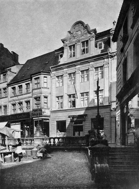 Wyjątkowo urokliwy zakątek istniejący niegdyś przy zbiegu ul. Szewskiej i Grodzkiej, różnicę poziomów niwelowały schody i kamienna balustrada z ozdobnymi wspornikami lamp; środkowy budynek to słynna apteka dworska i garnizonowa z 2 połowy XVIII wieku. (MNS/A.Foto/13666)