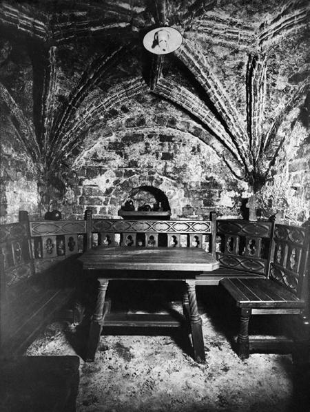 W niewielkiej piwniczce ze sklepieniem gwiaździstym przy ul. Mariackiej 4 w latach 30-tych XX wieku urządzono kameralne miejsce spotkań z probiernią win; gotyckie mury wiążą się z tradycją pobliskiego kościoła Mariackiego. (MNS/A.Foto/13739)