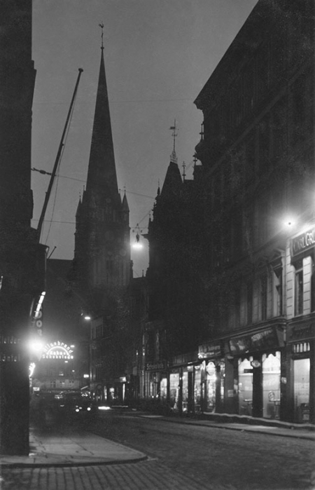 Nastrojowe, nocne fotografie ulic Szczecina wykonane w 1928 roku: od góry ul, Mariacka w kierunku kościoła św. Jakuba (MNS/A.Foto/16101)