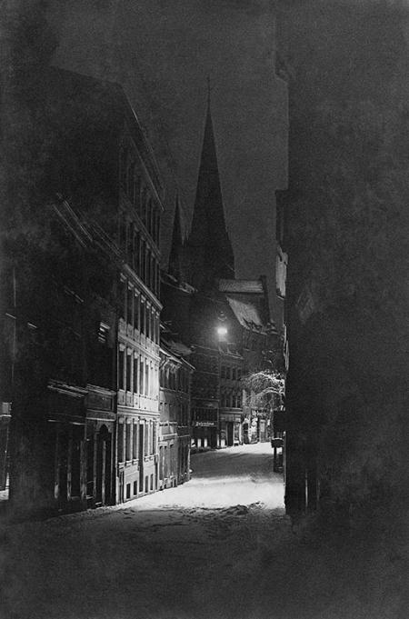 Nastrojowe, nocne fotografie ulic Szczecina wykonane w 1928 roku: zimowa ul. Grodzka od strony zamku (MNS/A.Foto/16102)