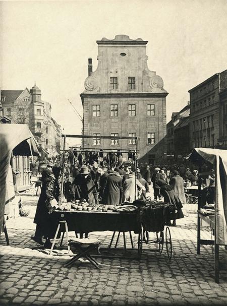 W dni targowe plac przed ratuszem ożywał gwarem sprzedawców i kupujących, w średniowieczu głównym oferowanym tu towarem było siano (stąd dawna nazwa placu), w XX wieku produkty codziennego użytku, potrzebne w każdym domu. (MNS/A.Foto/15632)