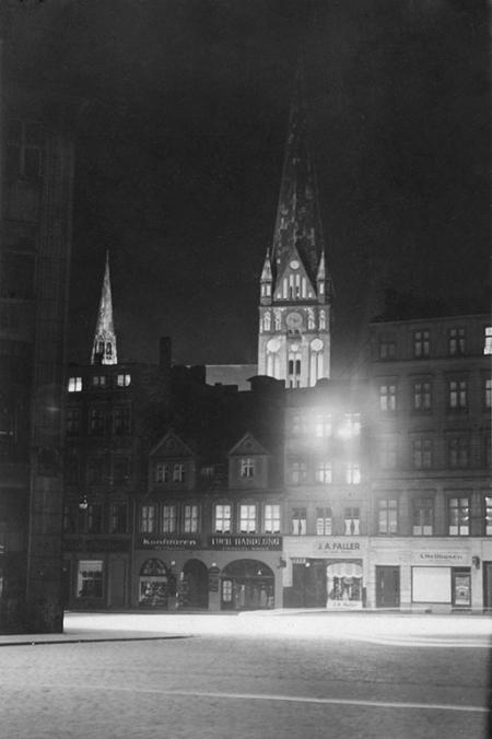 Nastrojowe, nocne fotografie ulic Szczecina wykonane w 1928 roku: Kościół św. Jakuba na tle nieistniejącej zabudowy pl. Orła Białego (MNS/A.Foto/16100)