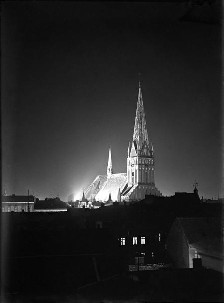 Nastrojowe, nocne fotografie ulic Szczecina wykonane w 1928 roku: Kościół św. Jakuba od zachodu. (MNS/A.Foto/5557)