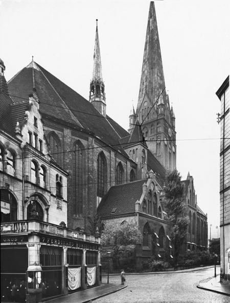 Plac wokół kościoła św. Jakuba był dawniej otoczony budynkami mieszkalnymi; wejście na teren przykościelny od strony ul. Sołtysiej i Grodzkiej. (MNS/A.Foto/15702)