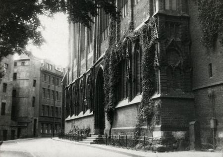 Wewnętrzny fragment uliczki Św. Jakuba wokół głównej świątyni miasta. (MNS/A.Foto/15851)